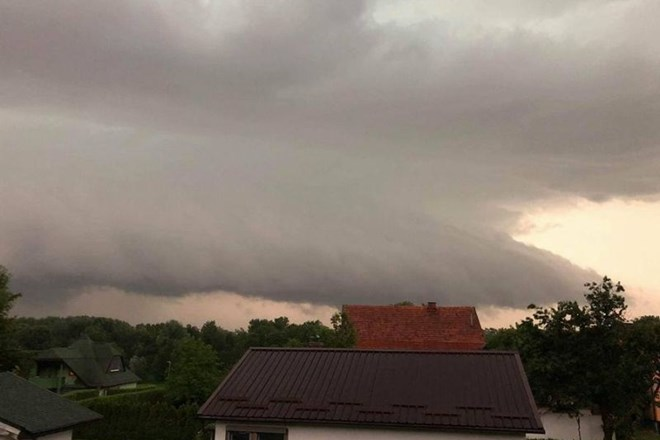 Ogromen »shelf cloud« nad Ptujem.