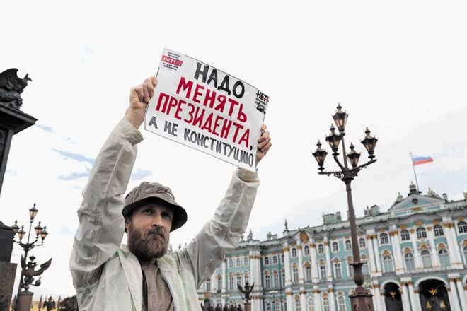 Name:  2020-07-01T124745Z_58979158_RC2CKH9DSI22_RTRMADP_3_RUSSIA-PUTIN-VOTE-PROTESTS.JPG Caption: A man holds a placard...