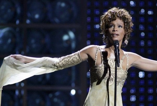 Pokojna Whitney Houston.