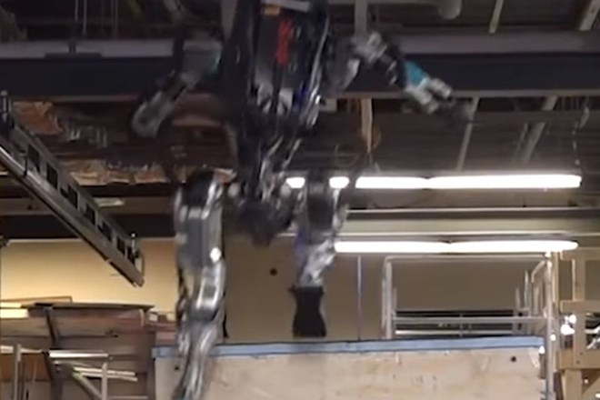 #video Robot, ki izvaja »parkour«