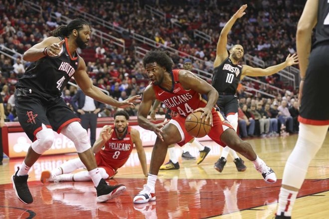 #video New Orleans šokiral Houston, Milwaukee odpravil Detroit