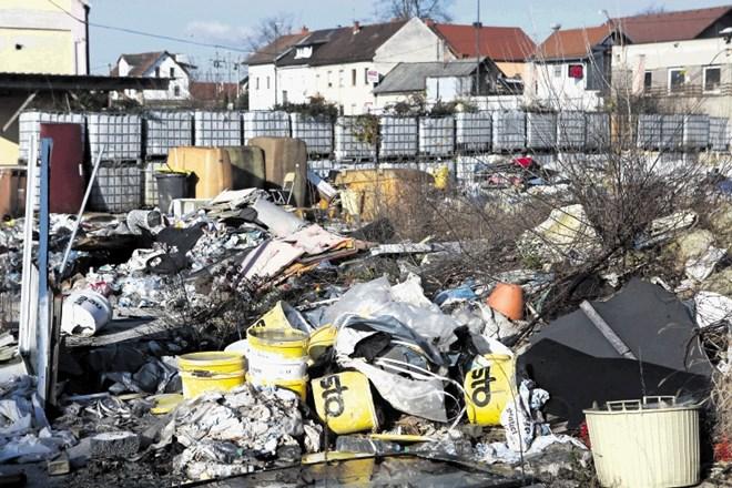 Med odpadki prevladujejo gradbeni odpadki, čeprav je ogromno tudi embalaže z raznovrstnimi kemikalijami, veliko je...