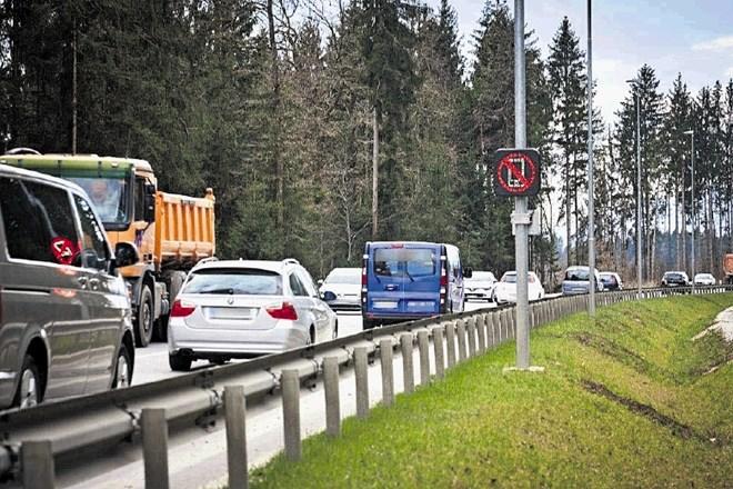 Če naprava v avtu zazna aktiven telefonski signal, se prek LED-table sproži opozorilni znak s prečrtanim telefonom.