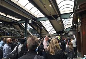 Na liniji med New Jerseyjem in New Yorkom iztiril vlak, vsaj en mrtev, okoli sto ranjenih