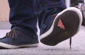Kako s čevlja učinkovito odstraniti žvečilko?