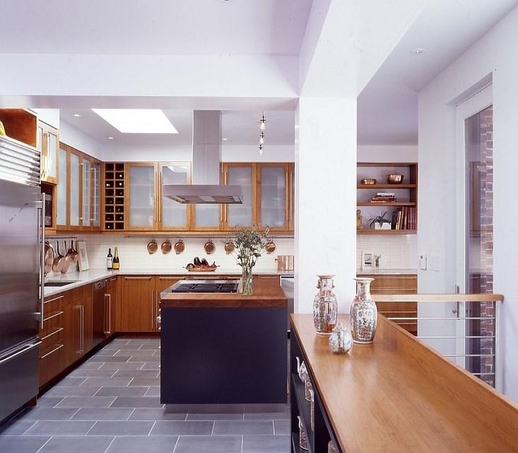Z bordurami, stebri in opažem do novega videza sten in stropov v stanovanju