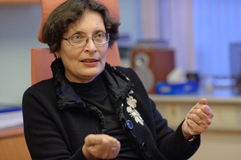 Čebašek-Travnikova pisala članom zbornice: Ker nas imajo za močne in vplivne, nas poskušajo deliti in spreti
