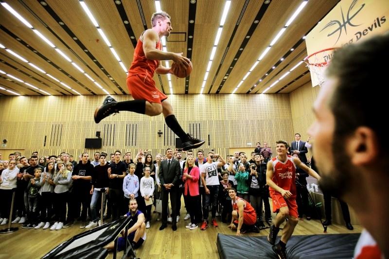 Pahor jabolko navdiha podelil akrobatski skupini Dunking Devils