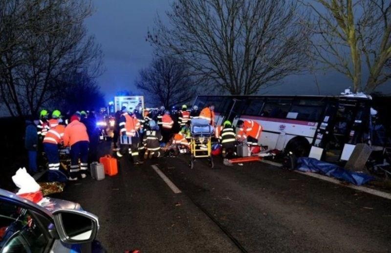 V hudi prometni nesreči blizu Prage trije mrtvi in prek 40 ranjenih