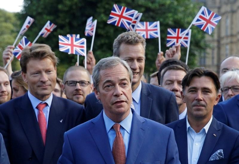 Plačo evropskemu poslancu Farageu bodo začasno prepolovili
