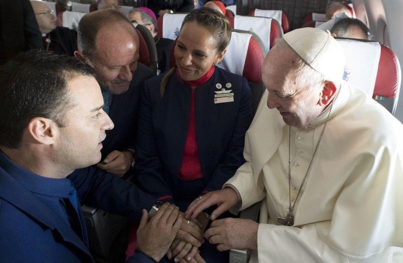 #foto #video Papež na krovu letala poročil stevarda in stevardeso