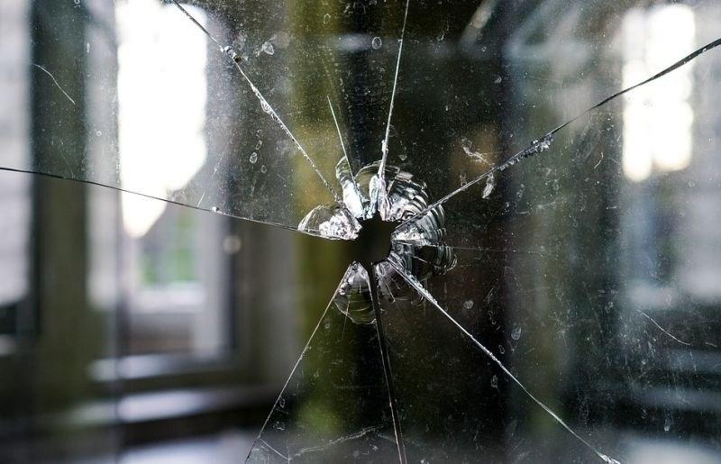 Razbijalski pohod v Kamniku: S kladivom po oknih, napadel tudi psa
