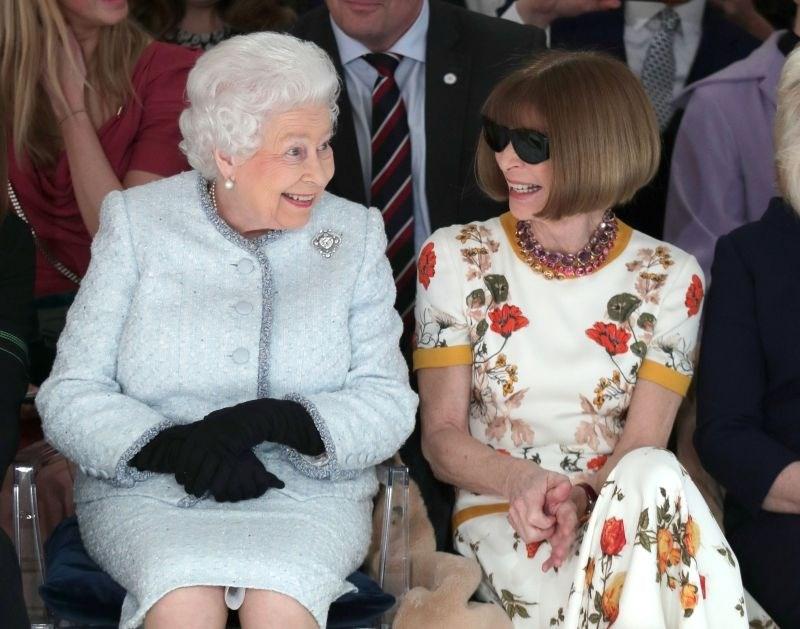 #foto #video Britanska kraljica presenetila na modni reviji