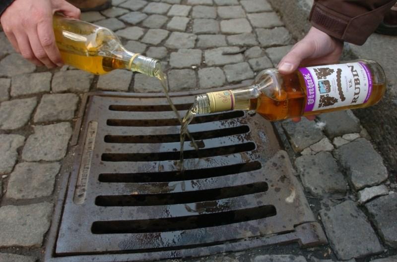 Kronično popivanje alkohola močno povečuje tveganje za demenco