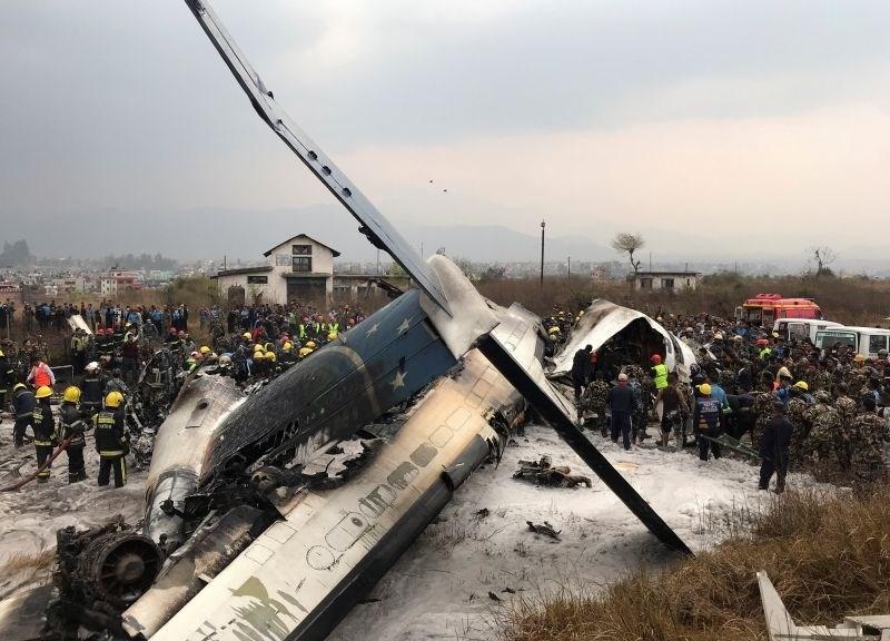 #foto Na mednarodnem letališču v Katmanduju med pristajanjem strmoglavilo letalo s 67 ljudmi na krovu