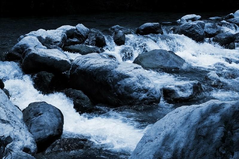 Devetletnika, ki ga je voda odnesla kilometer daleč, iz deročega potoka rešil 49-letnik