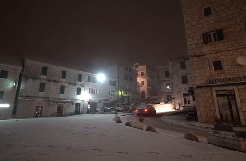 #video Snežno neurje zajelo Dalmacijo, pot proti južni hrvaški obali odsvetujejo