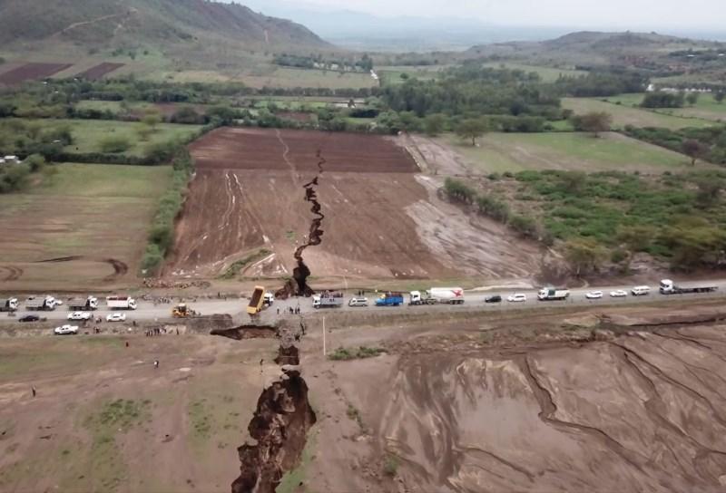 #video V Keniji se je pojavila več kilometrov dolga razpoka v tleh, ki še raste