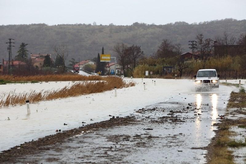 Arso opozarja na poplavljanje morja in razlivanja ob strugah