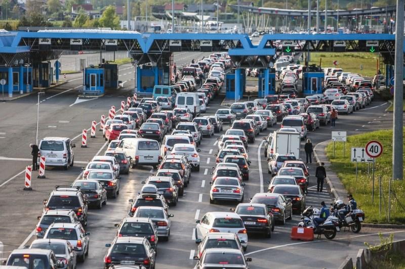 Zaradi prazničnega konca tedna povečan promet proti Hrvaški