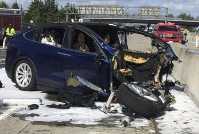 Teslino vozilo, vpleteno v kalifornijsko nesrečo s smrtnim izidom, je bilo na avtopilotu