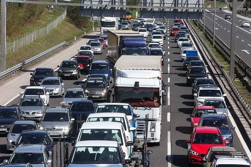 #foto Na primorski avtocesti zaradi prometne nesreče oviran promet
