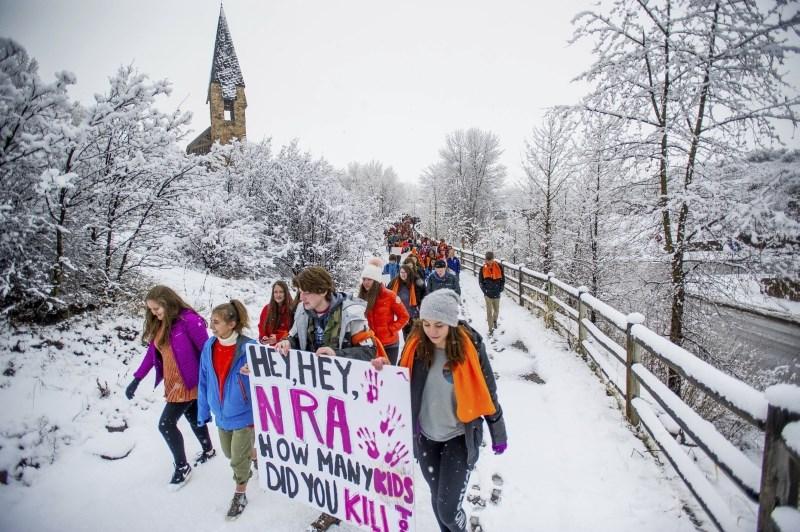 Ob obletnici strelskega napada v ZDA novi protesti proti orožju