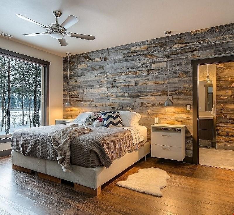 Naravna lepota lesa na stenah za topel, vendar ne zastarel videz interjerja