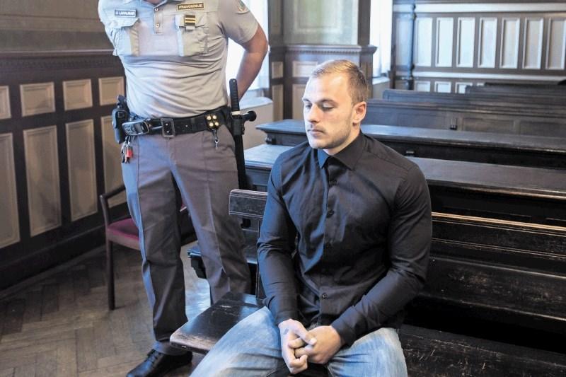 Poskusa uboja obtoženi Gašper Pavlič z zatožne klopi teatralno zgrmel na tla, klicali so reševalce
