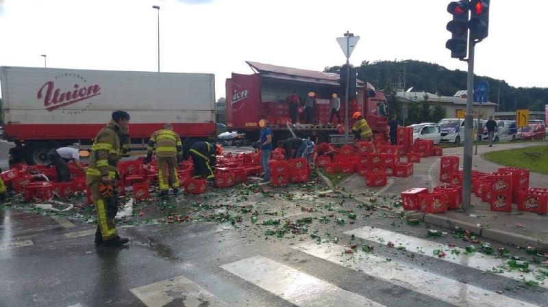 #foto Iz tovornjaka se je streslo 2500 litrov piva