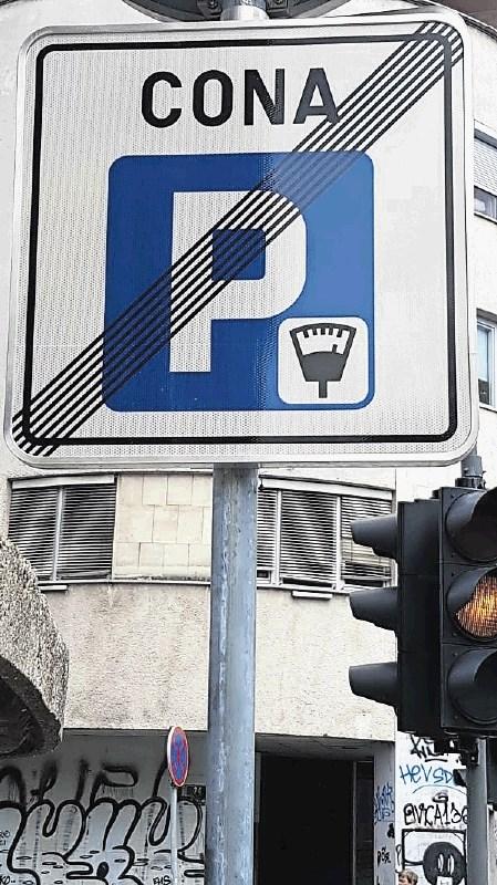 Plačljivi parkirni prostori ob cesti odslej drugače označeni