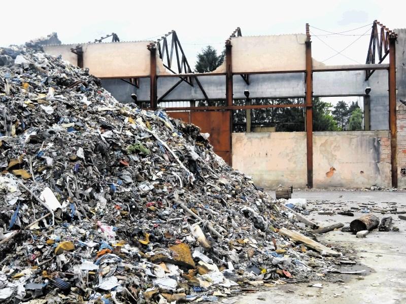 Deset mesecev po požaru v Zalogu še vedno kupi odpadkov