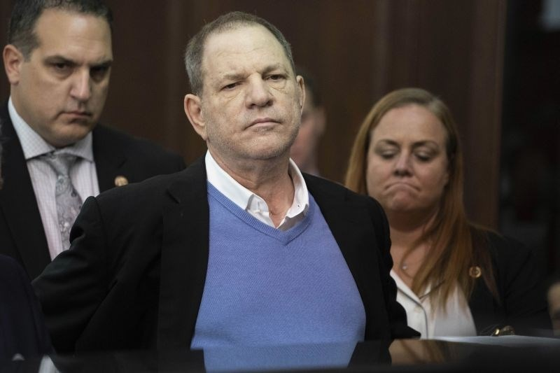 Harvey Weinstein v sredo tudi uradno obtožen posilstva
