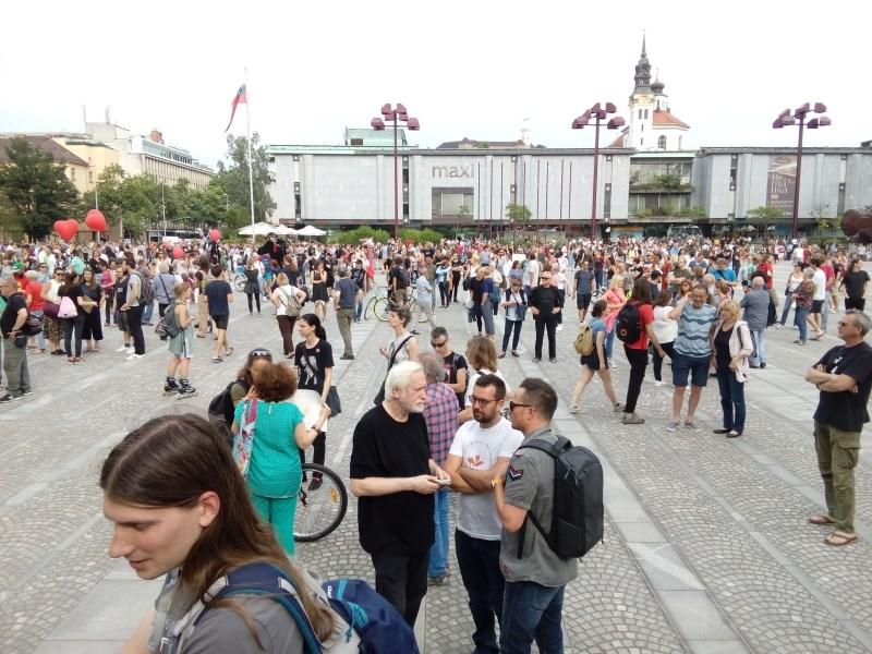 #foto Na Trgu republike proti politiki sovraštva
