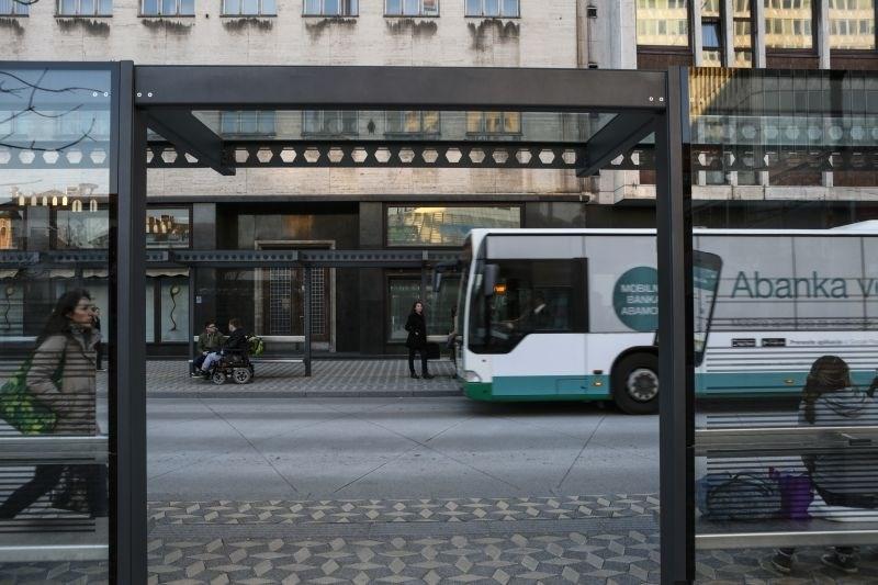 Najprej trčil v avtobusno postajo na Zaloški cesti, nato zbil še 67-letno peško