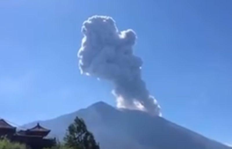 #video Ognjenik na Baliju bruha pepel dva kilometra visoko
