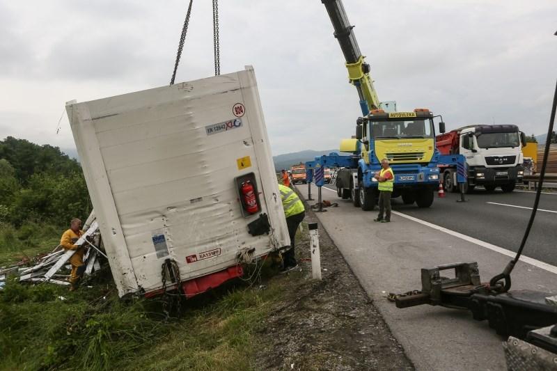 Zaradi prevrnjenega tovornjaka štajerska avtocesta zaprta v obe smeri