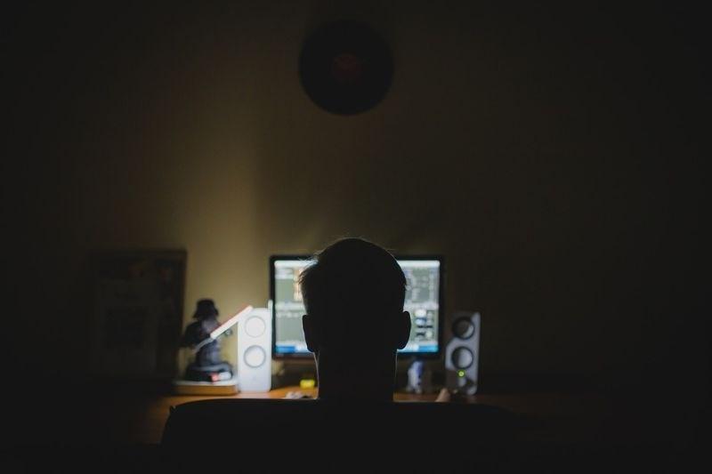 Spletni goljufi nad podjetja z direktorskimi prevarami, napadi s posrednikom in izsiljevalskimi virusi
