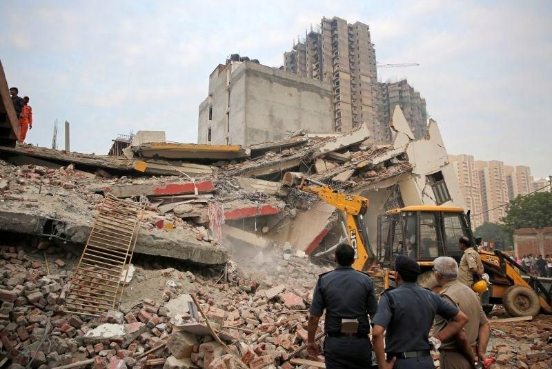 V zrušenju poslopja v Indiji več mrtvih
