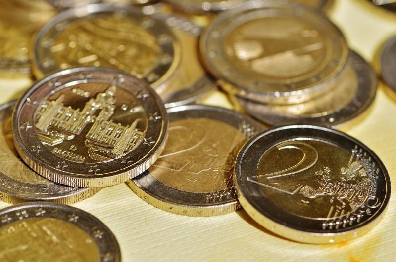 Javnofinančni primanjkljaj v območju evra v četrtletju nižji, dolg nekoliko višji
