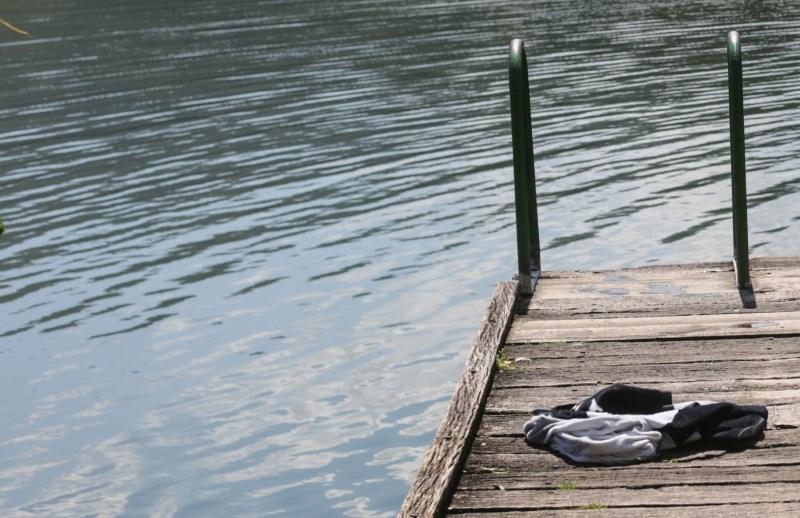 Hude poškodbe zaradi večernega skoka v Bloško jezero