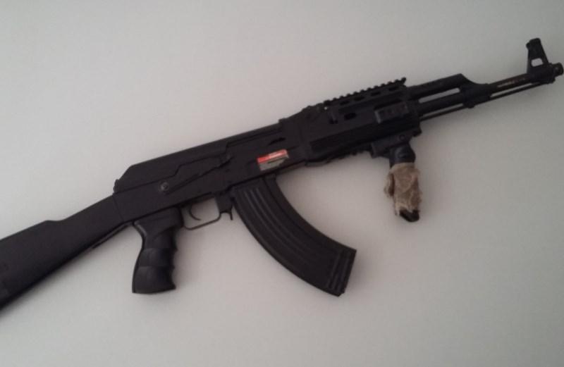 V Novem mestu 18-letnik z airsoft puško streljal v sosednjo hišo