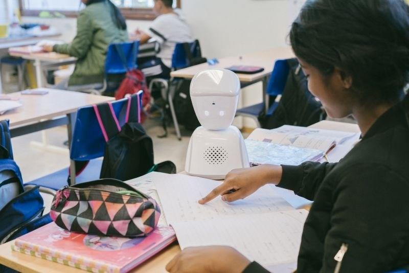 Namesto šolarke v učilnici sedi robot