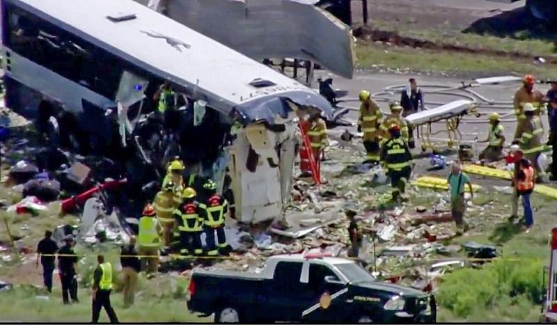 #foto V trčenju avtobusa in tovornjaka v Novi Mehiki najmanj sedem mrtvih