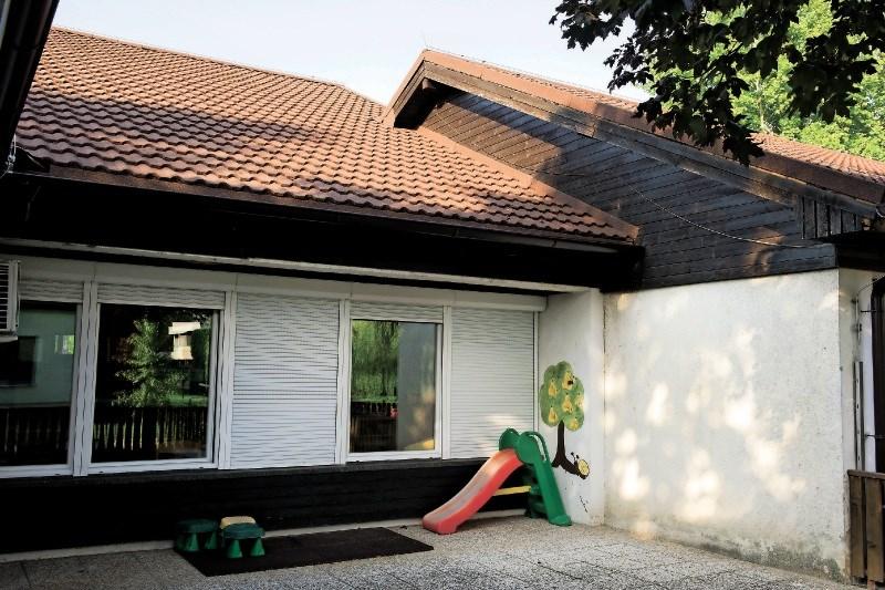 Reportaža: Poškodovani vrtec v Črnomlju je prekrit z novo streho