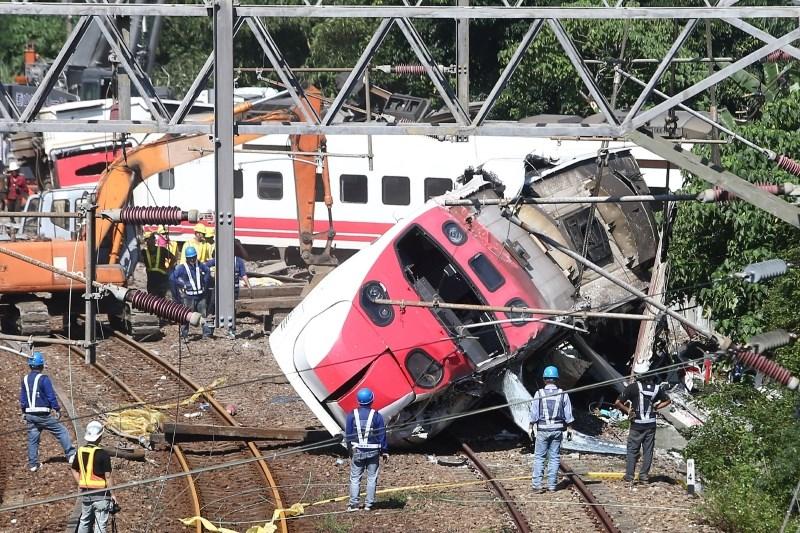 Za železniško nesrečo na Tajvanu naj bi bil kriv strojevodja