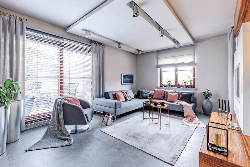 Spuščen strop za skrivanje napeljav, toplotno ali zvočno zaščito in privlačen videz