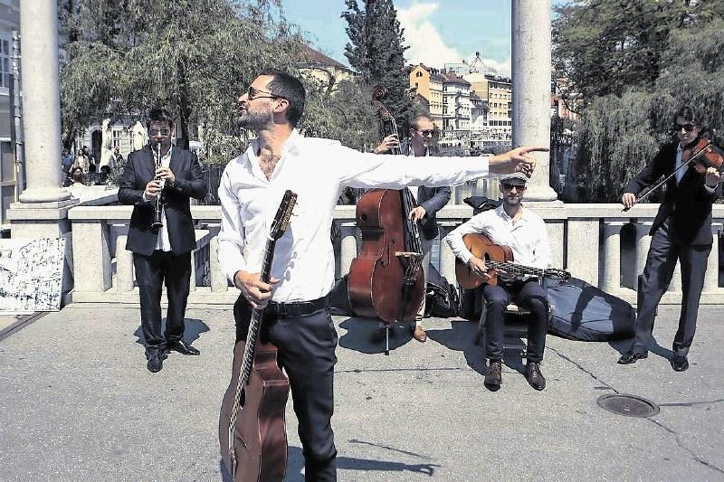 Teo Collori in Momento Cigano, gipsy swingovska zasedba: Če ti uspe na ulici, si na pravi poti