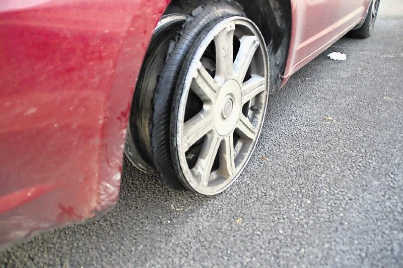 Z uničeno pnevmatiko po avtocesti 170 na uro