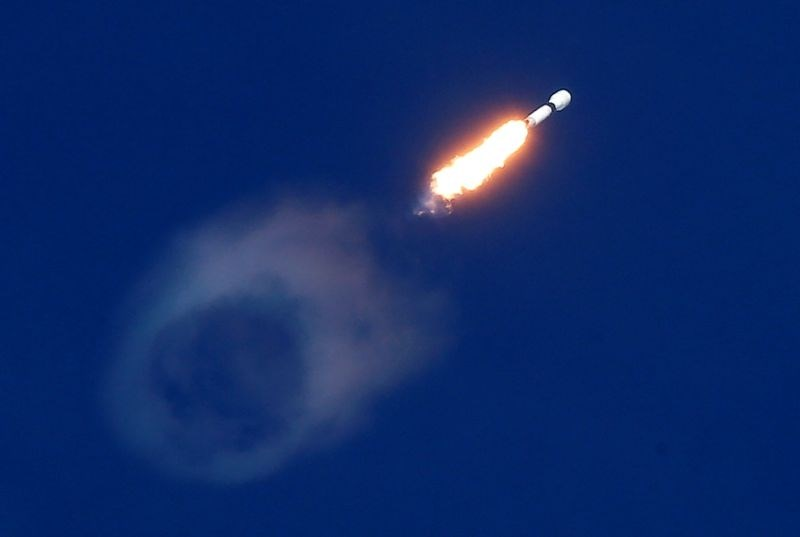 Podjetje SpaceX dobilo pogodbo za namestitev 12.000 satelitov v zemeljski orbiti